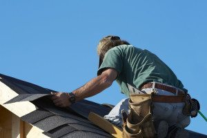 roof_installer_cutting_shingles